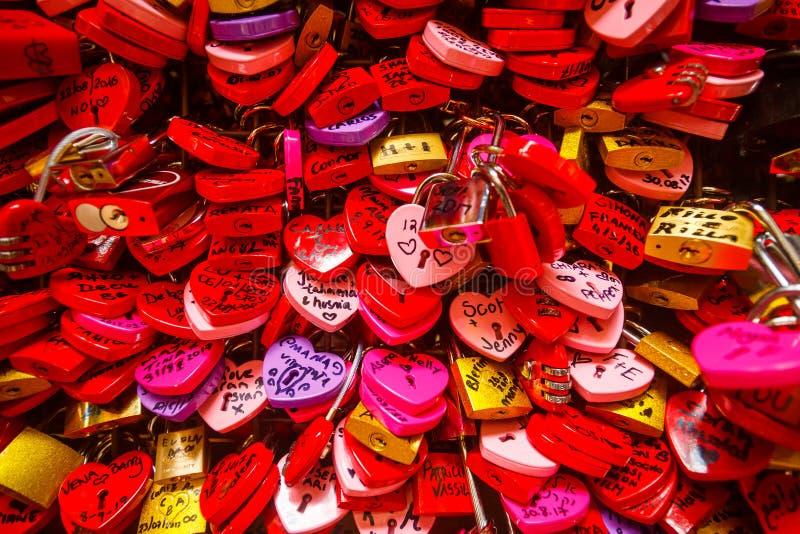 Murez complètement des serrures en forme de coeur d'amour rouge et rose photographie stock