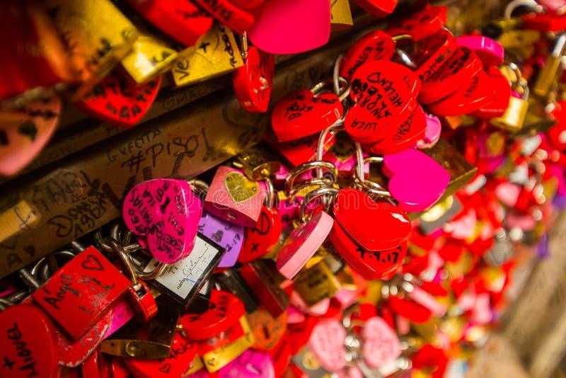 Murez complètement des serrures rouges et roses d'amour formées comme coeurs photo stock