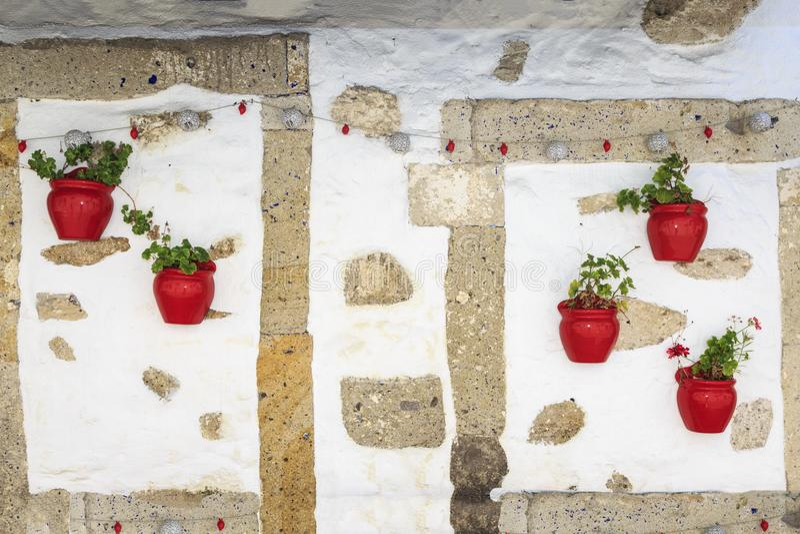 Murez le fond avec des fleurs dans des pots de fleur rouges photos libres de droits