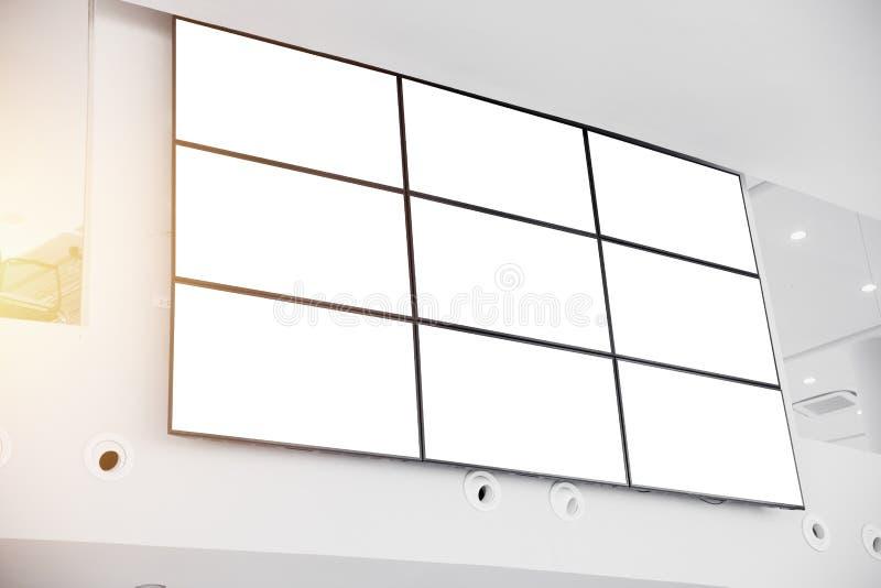 Murez le panneau d'écran de visualisation d'affichage à cristaux liquides dans l'immeuble de bureaux moderne photo stock