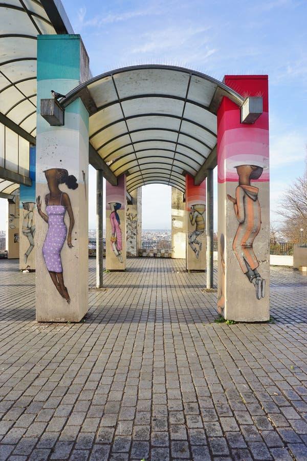 Muri le pitture murale dall'artista francese famoso Seth Globepainter (Julien Malland) della via al Parc de Belleville a Parigi immagine stock libera da diritti