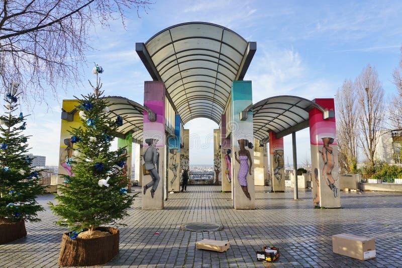 Muri le pitture murale dall'artista francese famoso Seth Globepainter (Julien Malland) della via al Parc de Belleville a Parigi fotografie stock libere da diritti