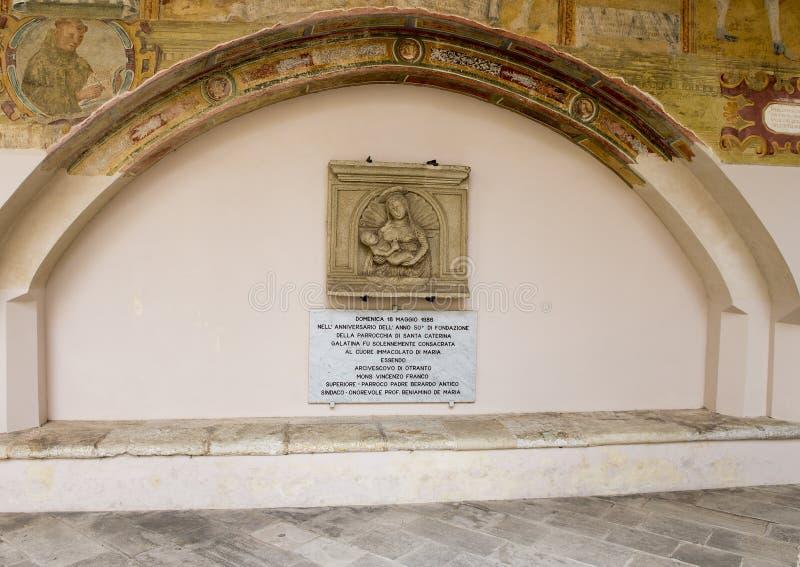 Muri lo scupture di sollievo di Madonna e del bambino, il ` Alessandria, Galatina, Italia di Santa Caterina d dei Di della basili immagini stock libere da diritti