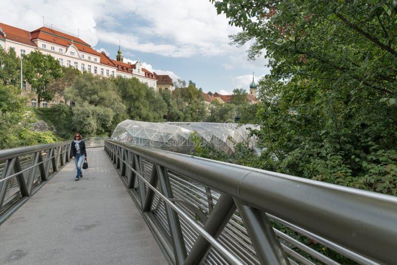 Murinsel kunstmatig eiland op de Mur rivier in Graz, Oostenrijk stock foto