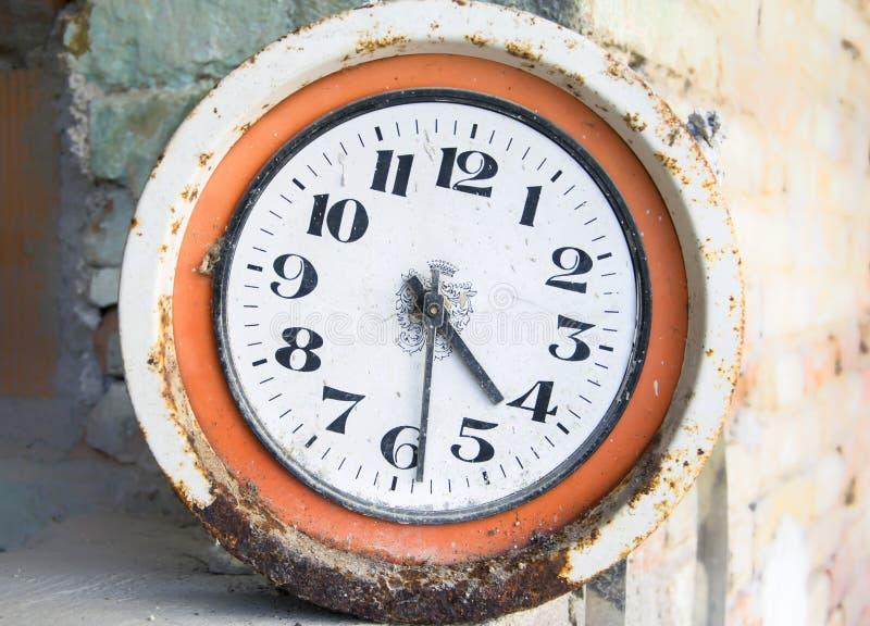 Murken rostig klocka för järntappningvägg royaltyfria foton