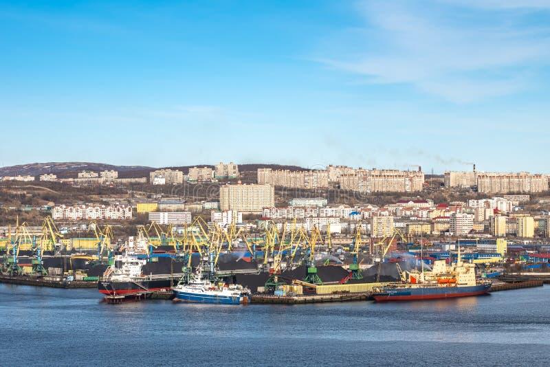 Murmansk Ryssland - Maj 14, 2019: Sikt av hamnstaden av den ryska industriella staden Murmansk från golfen arkivfoton