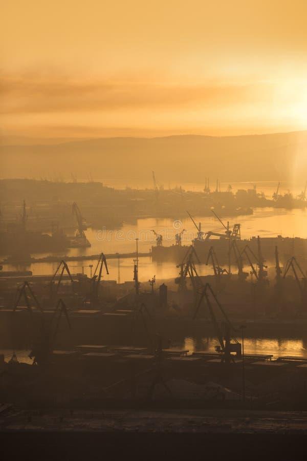 Murmansk stadssikt vinter för solnedgång för aftonberg s ural arkivfoto