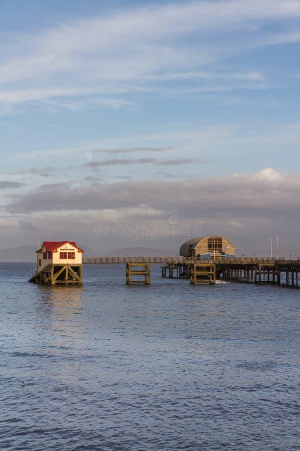 Murmura a estação do barco salva-vidas perto de Swansea Gales, retrato fotografia de stock