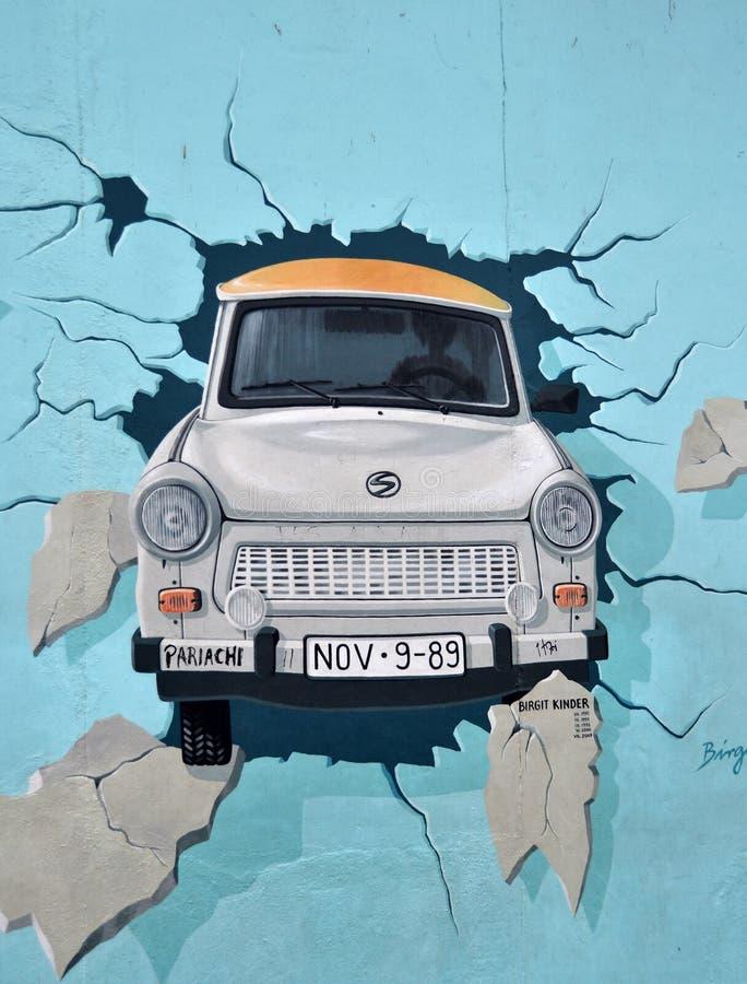 Muro de Berlín - coche del trabi imagen de archivo libre de regalías
