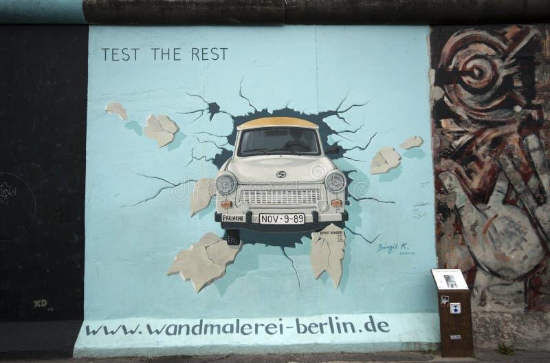 Muro de Berlim direto Trabant foto de stock royalty free