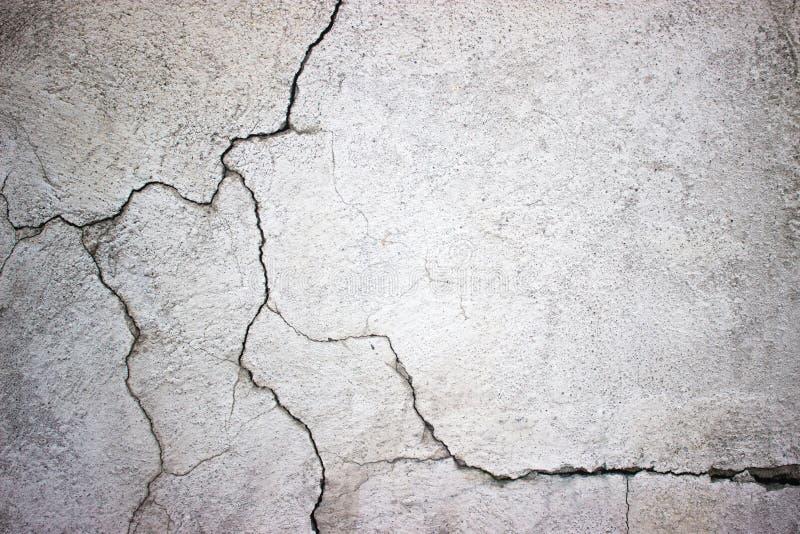 Muro de cemento agrietado cubierto con la superficie gris del cemento como backgr fotos de archivo libres de regalías