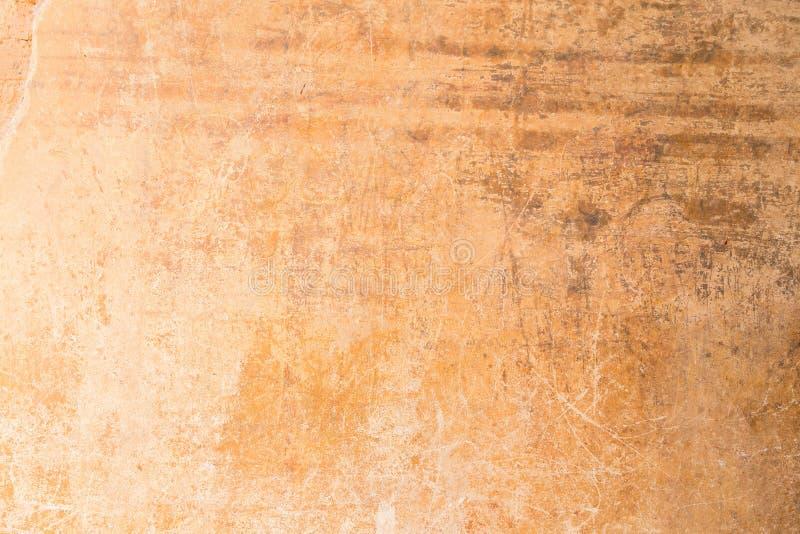 Muro de cemento anaranjado resistido y rasguñado fotografía de archivo