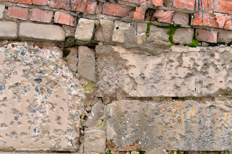 Muro de cemento arruinado viejo con los ladrillos imagen de archivo libre de regalías