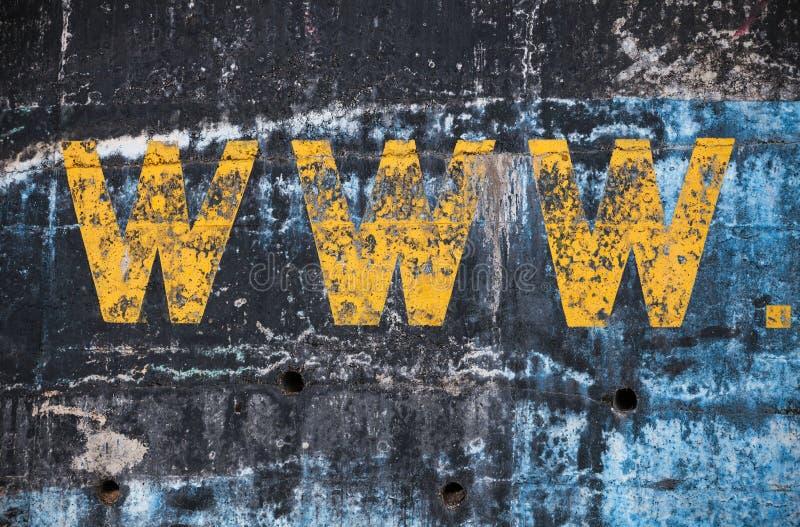 Muro de cemento azul marino con la etiqueta amarilla de WWW imagenes de archivo