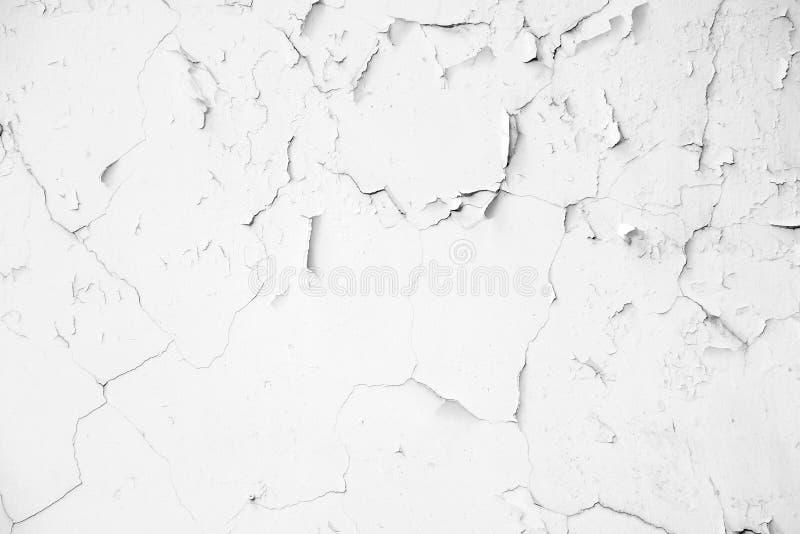 Muro de cemento blanco viejo de la grieta fotos de archivo