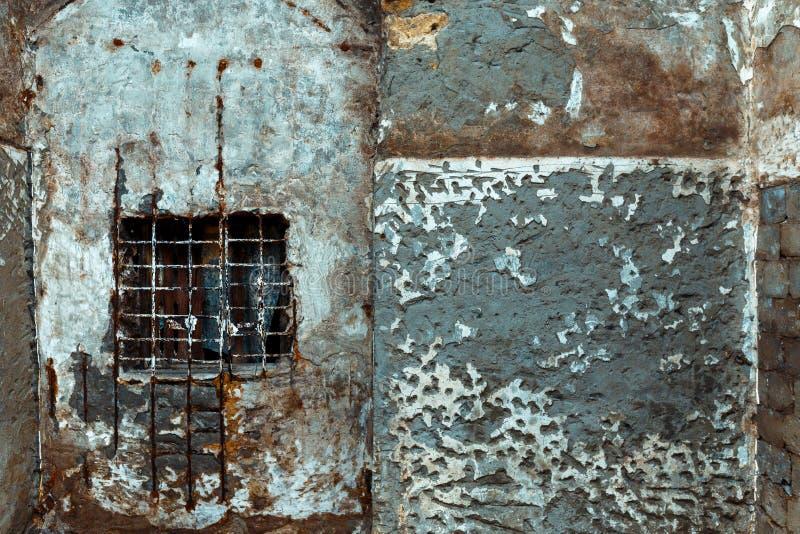 Muro de cemento con la ventana y la jaula, textura abstracta fotografía de archivo libre de regalías