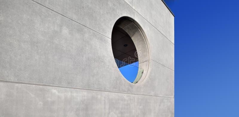 Muro de cemento con una ventana redonda fotografía de archivo