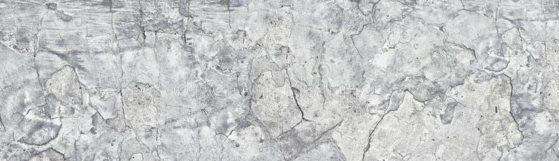 Muro de cemento lamentable gris claro viejo ancho Panorama quebrado de la textura de la superficie del cemento Fondo largo del vi foto de archivo