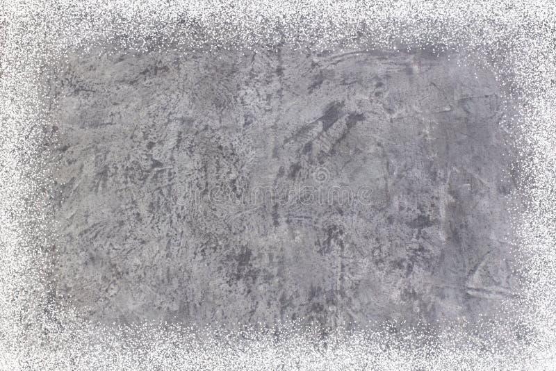 Muro de cemento o piso sucio como textura del fondo extracto con las escamas de la nieve La Navidad Año Nuevo tapa fotos de archivo libres de regalías