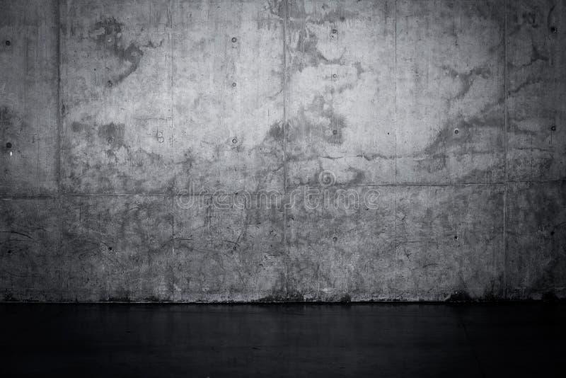 Muro de cemento oscuro sucio y piso mojado imagen de archivo