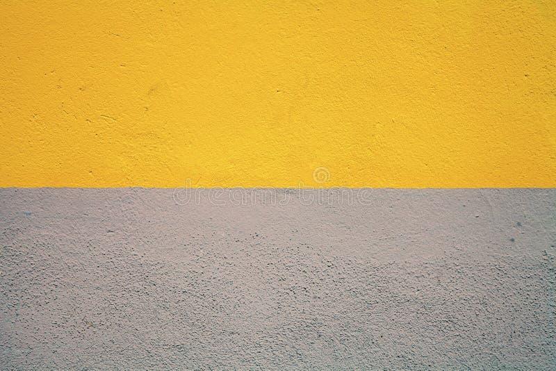 Muro de cemento pintado mitad foto de archivo libre de regalías