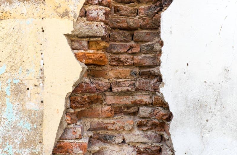 Muro de cemento quebrado de la pared de ladrillo vieja de la demostración de la casa foto de archivo libre de regalías