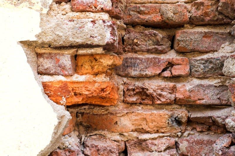 Muro de cemento quebrado de la pared de ladrillo vieja de la demostración de la casa imagen de archivo