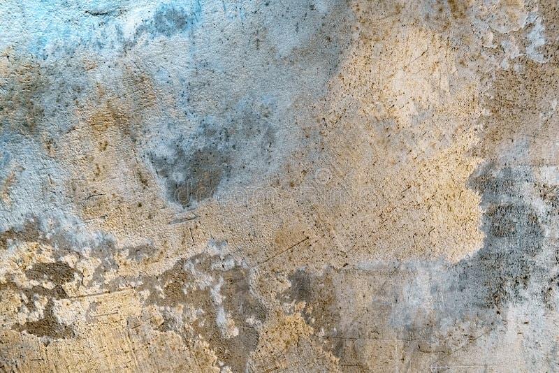 Muro de cemento sucio con la iluminación colorida fotos de archivo