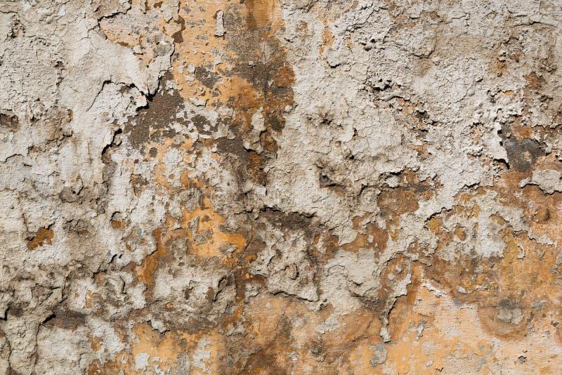 Muro de cemento texturizado viejo con los rastros de masilla y de pintura de la peladura fotos de archivo libres de regalías