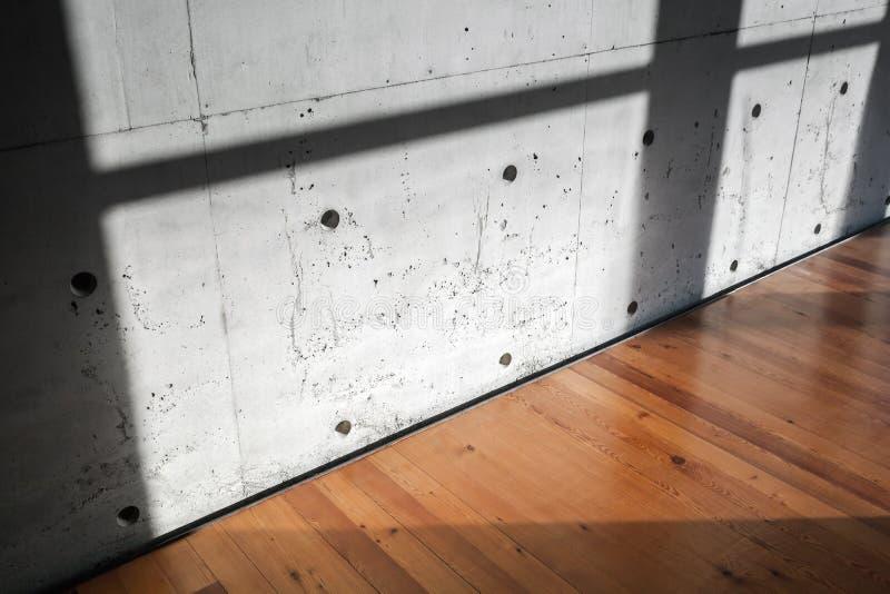 Muro de cemento y entarimado de madera, interiores imagenes de archivo