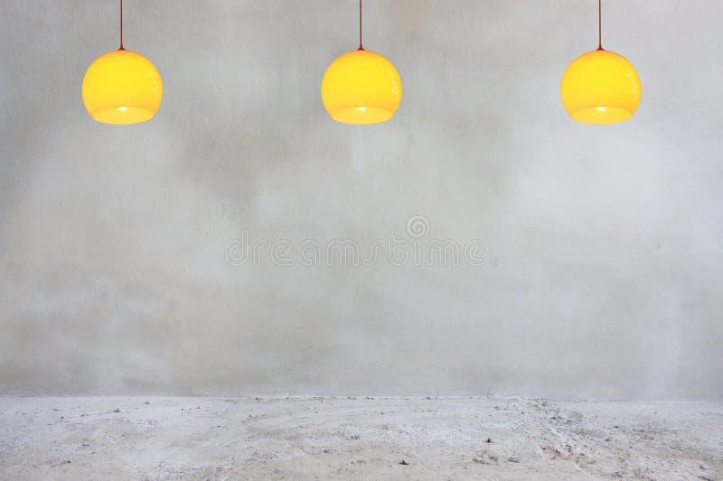 Muro de cemento y piso con las lámparas anaranjadas fotografía de archivo
