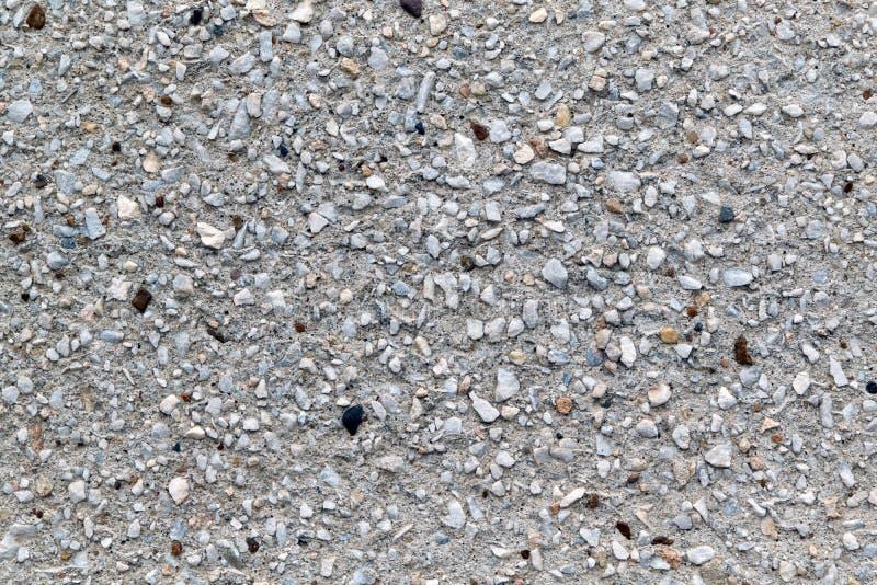 Muro de cimento com o revestimento decorativo de seixos pequenos de tamanhos diferentes imagens de stock