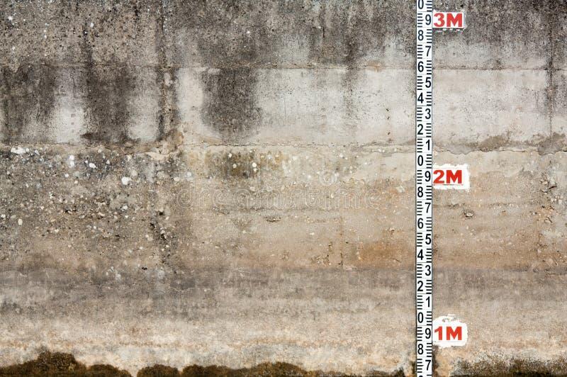 Muro de cimento com régua imagens de stock royalty free