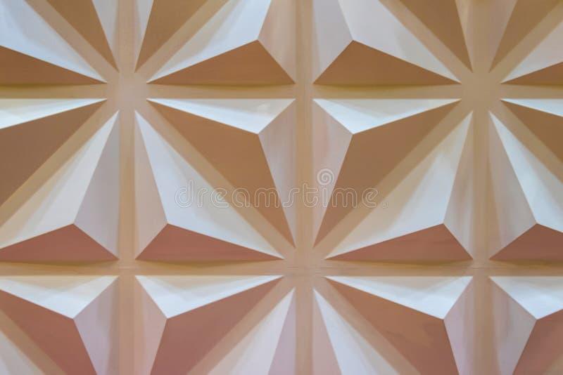Muro de cimento de creme com um teste padrão de triângulos convexos foto de stock