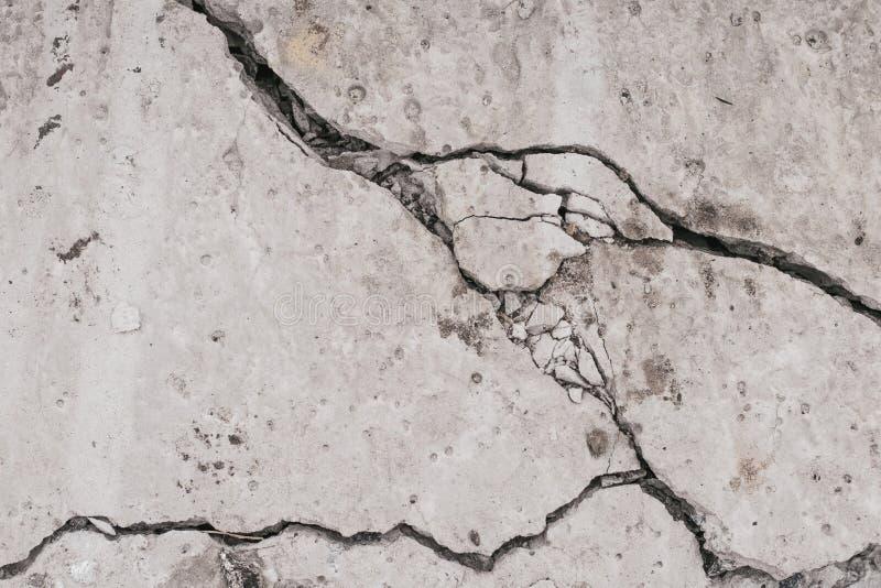 Muro de cimento da quebra Textura rachada suja velha da parede Fundo de pedra cinzento Teste padrão abstrato do assoalho do grung fotografia de stock