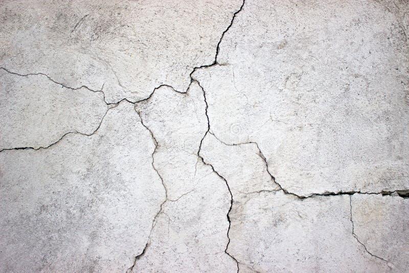 Muro de cimento rachado coberto com a textura cinzenta do cimento como o backgr fotos de stock royalty free