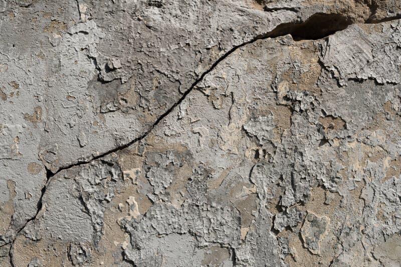 Muro de cimento textured velho com traços de massa de vidraceiro, descascando a pintura e grande rachado fotografia de stock royalty free