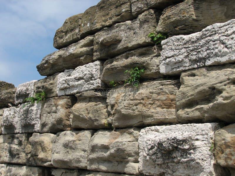 Muro de pedra contra o céu imagens de stock royalty free