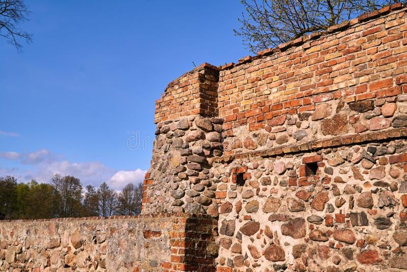 Muro defensivo medieval de piedras y ladrillos imagen de archivo