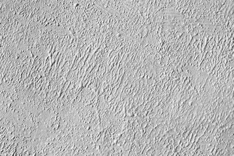 Muro di cemento bianco con lo strato approssimativo della pittura fotografie stock