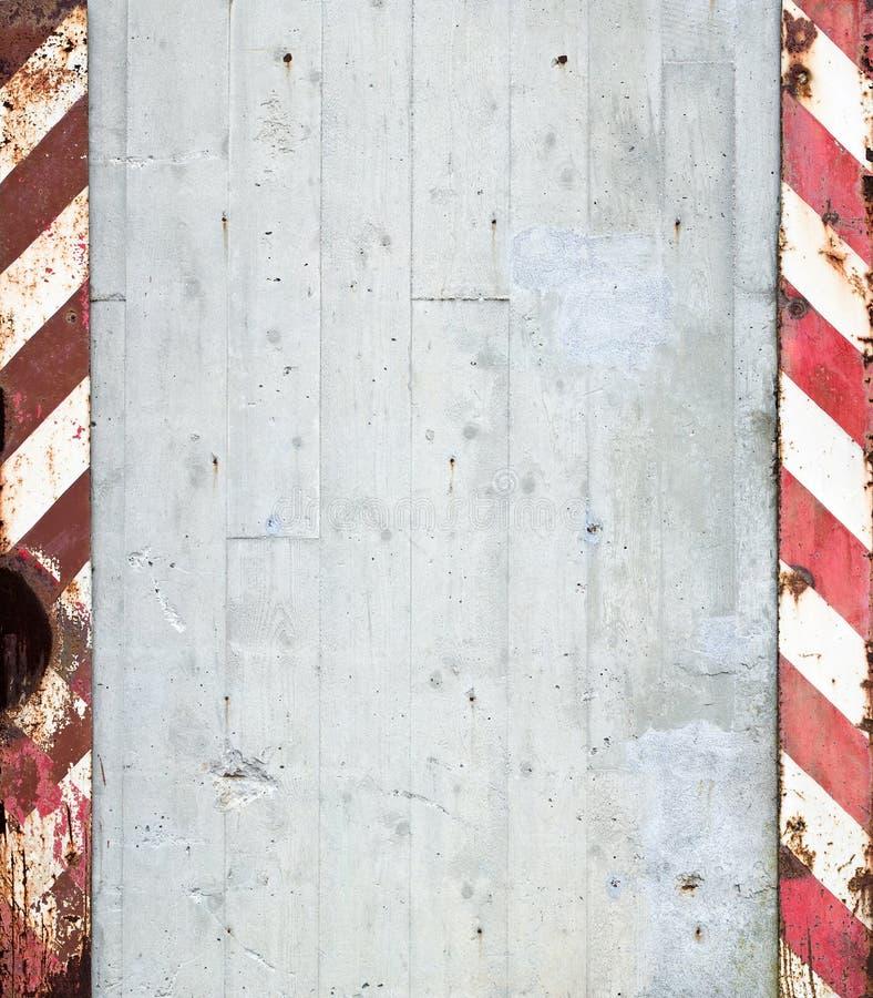 Muro di cemento con le bande d'avvertimento immagini stock