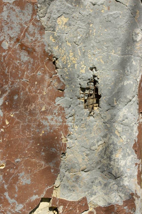 Muro di cemento con le tracce di chip della pittura e di rinforzo di sporgenza Foro nel muro di cemento Strutturi il fondo, vecch fotografia stock libera da diritti