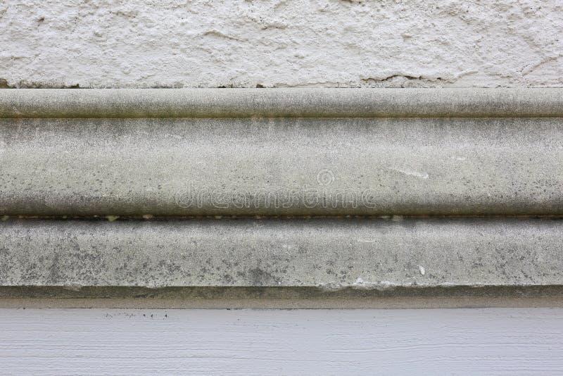 Muro di cemento dello stucco con il vecchio modanatura del cemento nel centro immagini stock libere da diritti