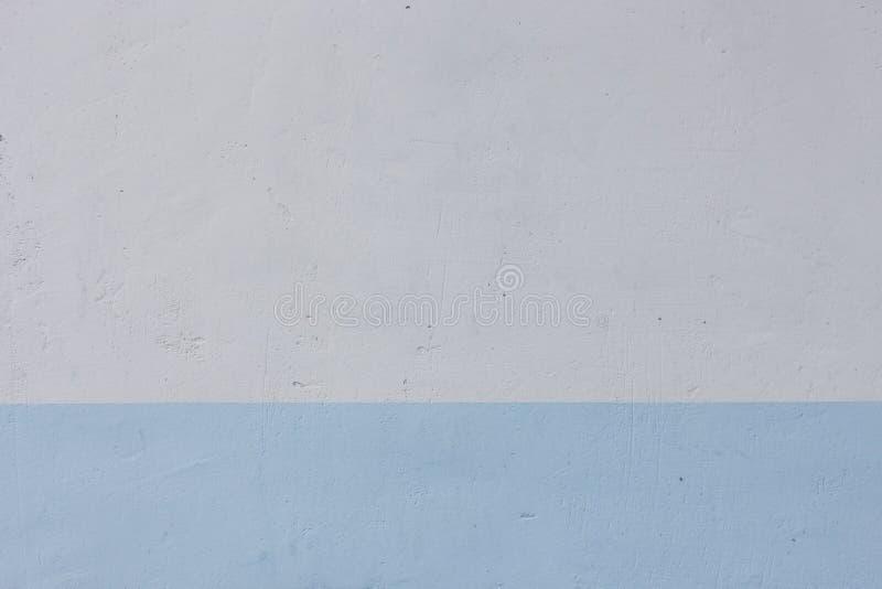 Muro di cemento, dipinto in bianco ed in blu immagini stock libere da diritti