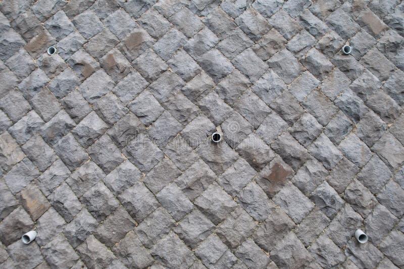 Muro di cemento di protezione della frana con il tubo di scarico dell'acqua fotografia stock libera da diritti