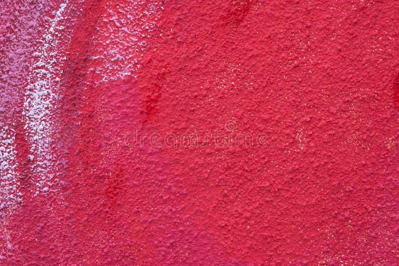 Muro di cemento rosso ruvido con i punti di pittura Struttura incrinata del vecchio cemento Superficie dello stucco Fondo di lerc immagini stock libere da diritti