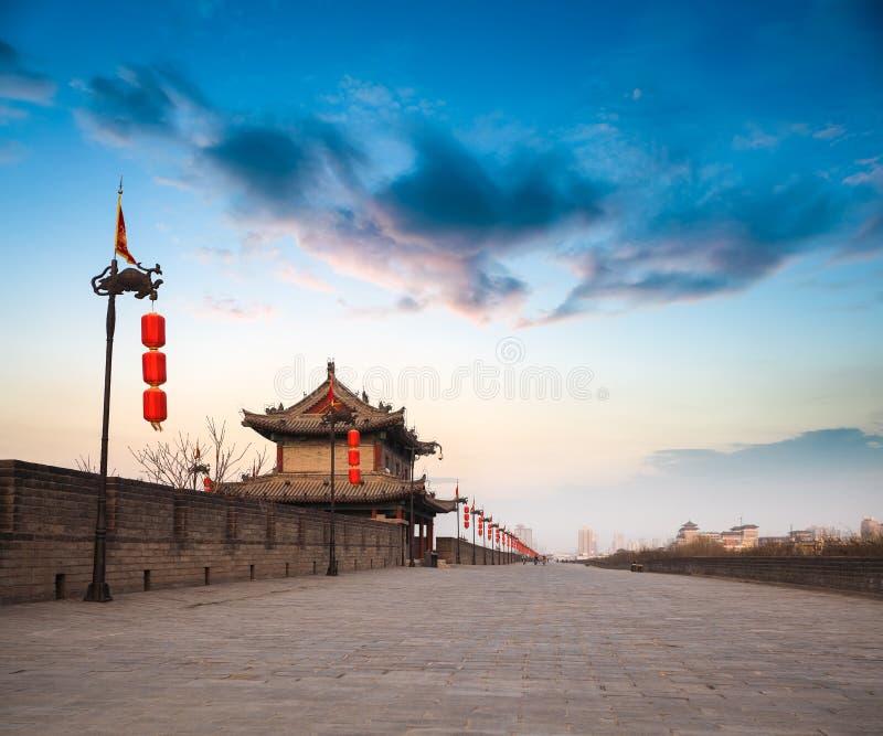 Muro di cinta di Xian al crepuscolo immagine stock libera da diritti