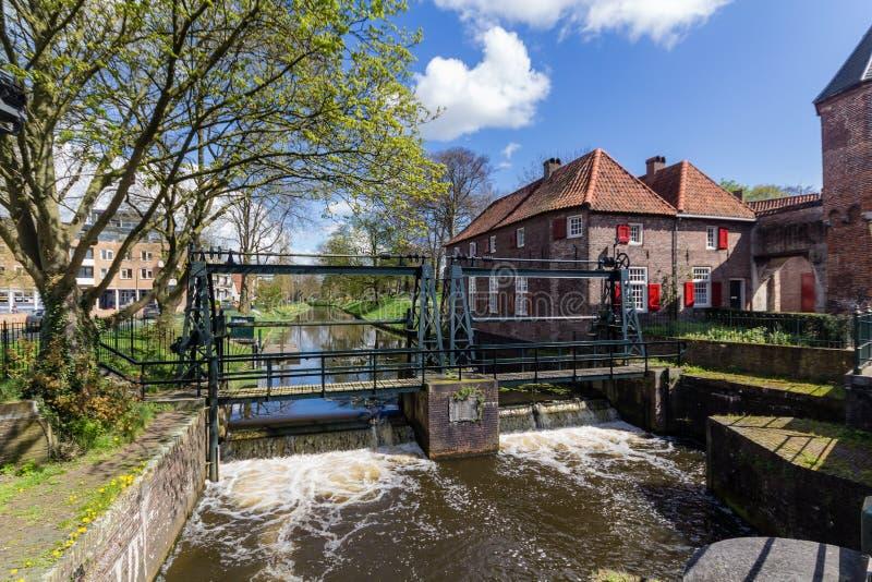 Muro di cinta medievale Koppelpoort di Amersfoort ed il fiume di Eem immagine stock