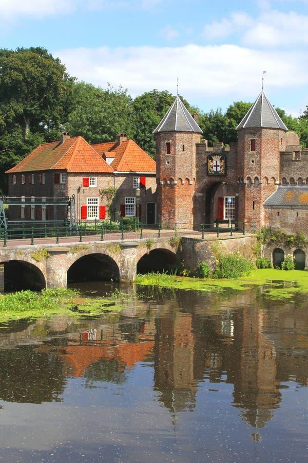 Muro di cinta medievale lungo il fiume di Eem a Amersfoort immagini stock