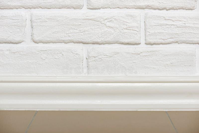 Muro di mattoni bianco con la foto piastrellata del primo piano del pavimento, foto astratta del fondo immagini stock